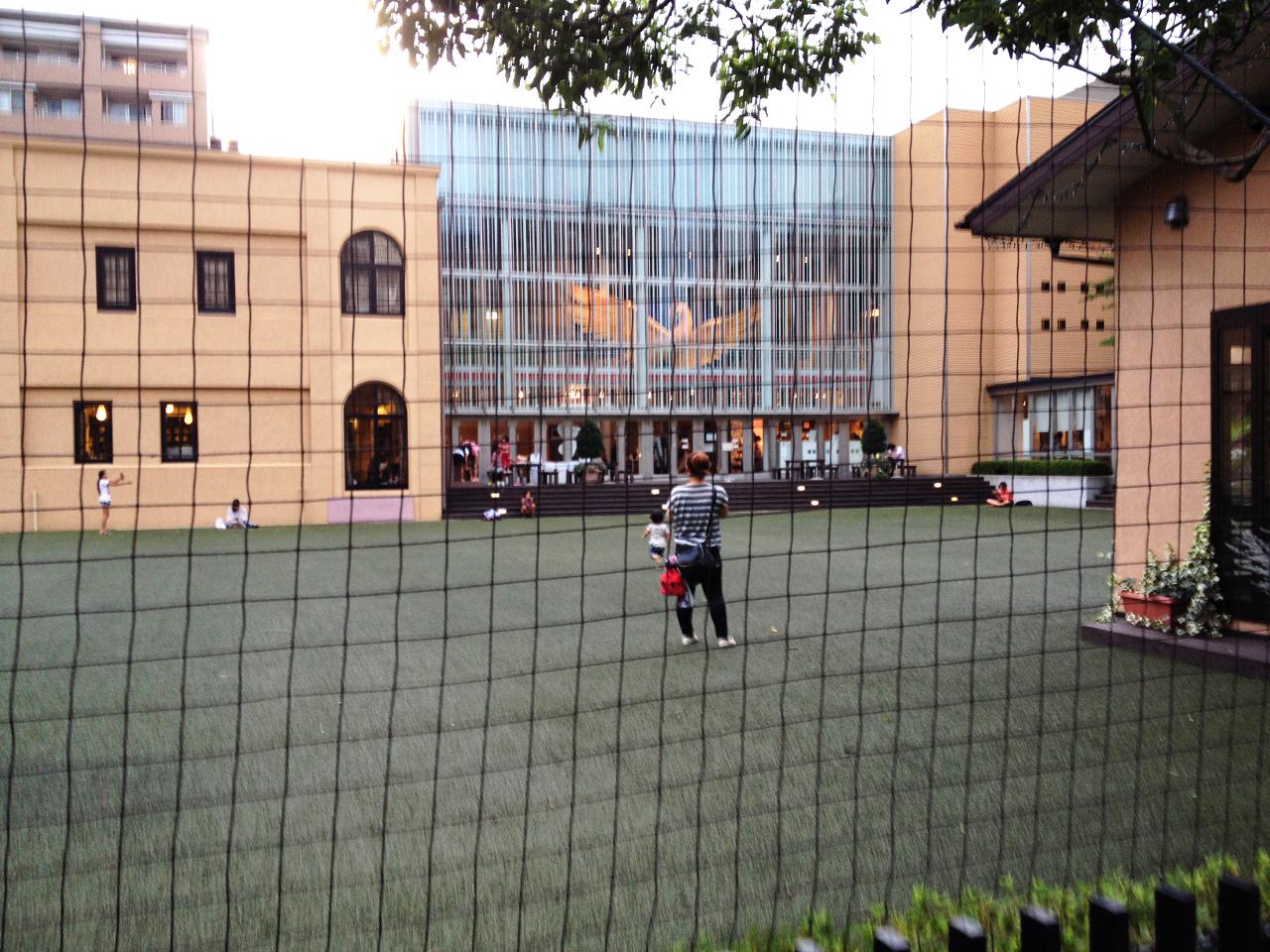 元小学校の建物の形が残った外観