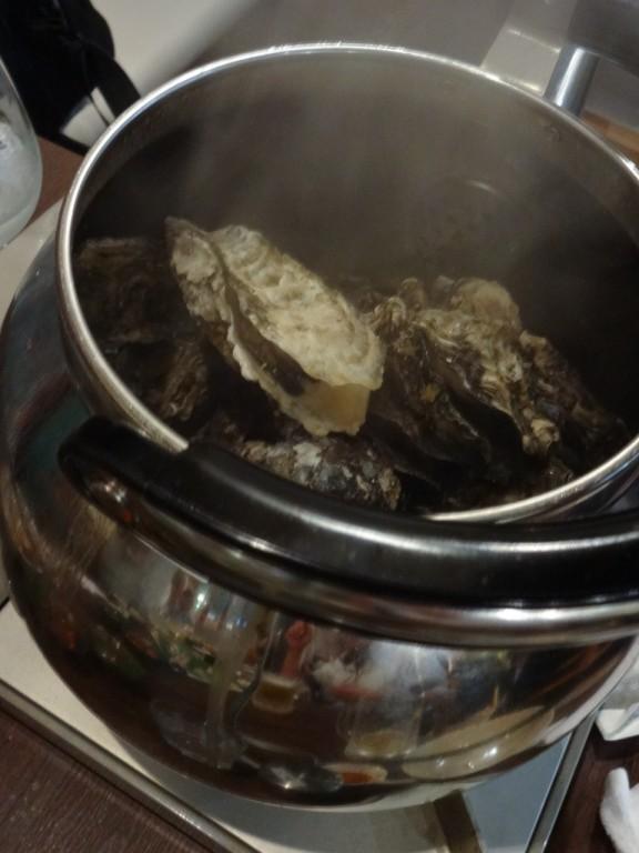 普通のやかんにたっぷり牡蠣を入れて蒸し焼き!