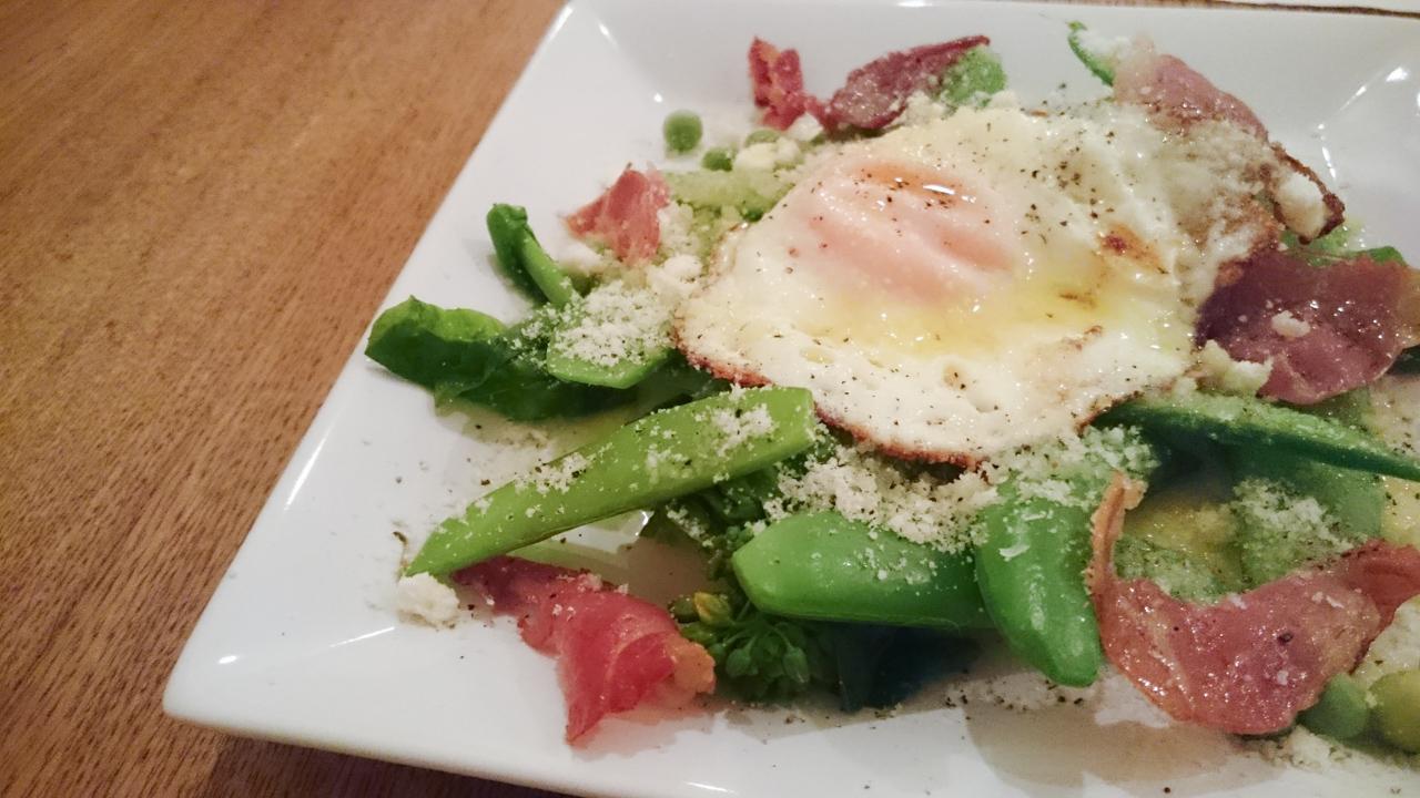 温野菜と生ハムの半熟卵のせ