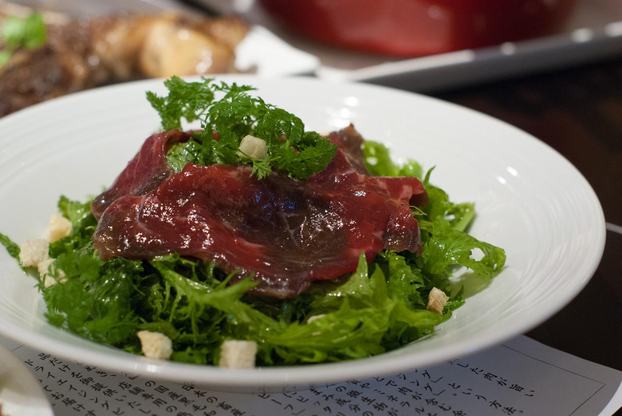 熟成肉の生ハムと香草のサラダ
