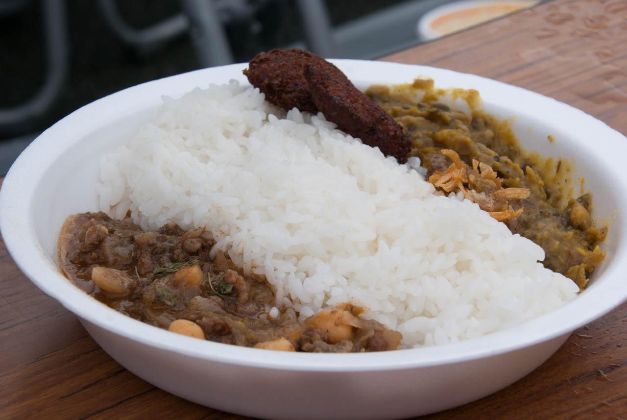 彩り豊かな5種の豆のスパイスカレー+スパイシー牛タンキーマカリー