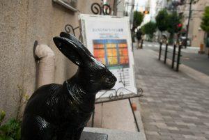 フジハラビル ウサギの彫刻
