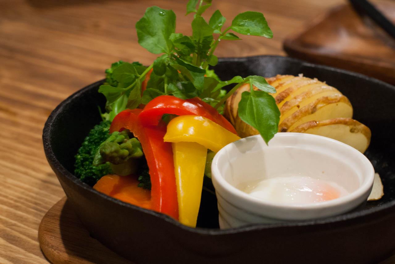 ラクレット温野菜と温泉玉子の野菜プレート